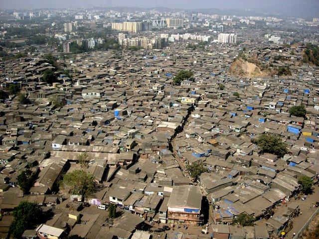 Photo : Le bidonville Dharavi à Bombay (800 000 hab.)