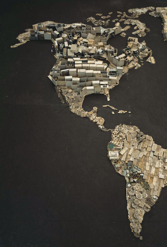 Photo : www (World Map), pictures of Junk, 2008 de Vik Muniz